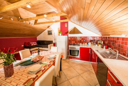 A restaurant or other place to eat at Apartma Zoran