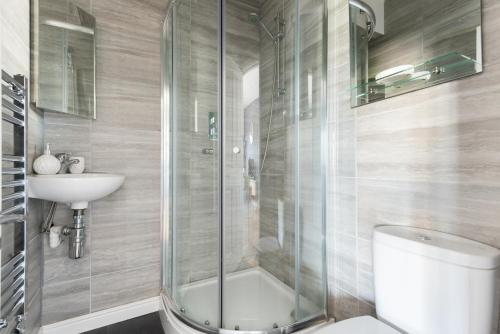 Vonios kambarys apgyvendinimo įstaigoje The Riverside Retreat - Modern & Stylish 1BDR in the Old City