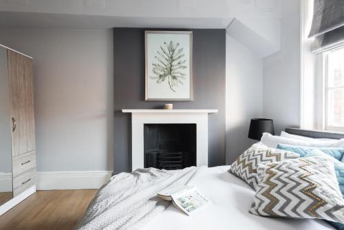 Ein Bett oder Betten in einem Zimmer der Unterkunft The Riverside Retreat - Modern & Stylish 1BDR in the Old City