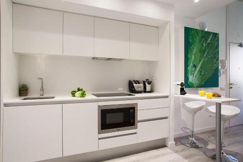 A kitchen or kitchenette at Habitat Apartments ADN