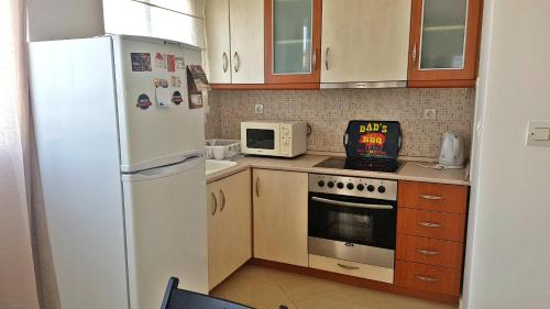 Een keuken of kitchenette bij Lux Apartment Thermaikos