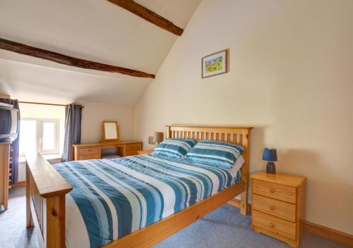 A bed or beds in a room at Cwm Hesgen