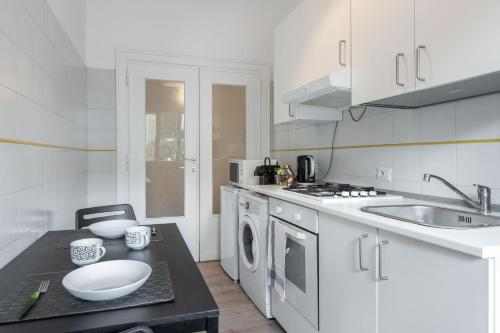 A kitchen or kitchenette at Claudio Vaticano appartamento