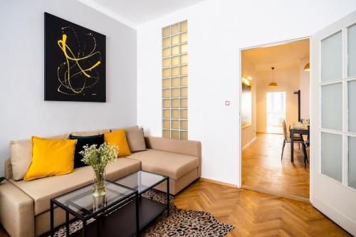 Ein Sitzbereich in der Unterkunft Prague Authentic Apartment at Historical Square
