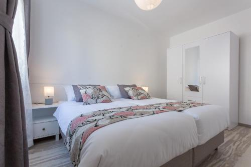 A bed or beds in a room at Apartment Oleander Sea View