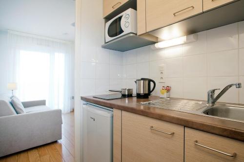 Cuina o zona de cuina de Séjours & Affaires Genève Gex Les Rives Du Léman