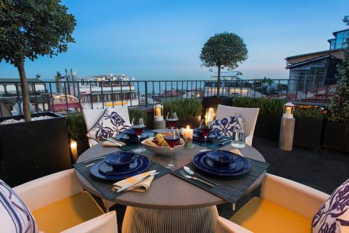 Un restaurante o sitio para comer en Istanbul Irini Seaview House