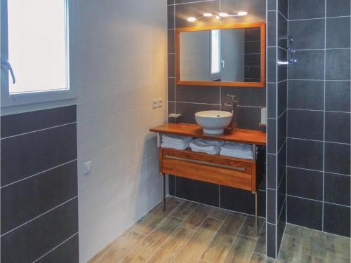 Salle de bains dans l'établissement Three-Bedroom Holiday Home in Puimisson
