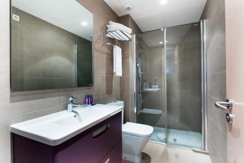 A bathroom at Cosmo Apartments Consell de Cent - Plaza Universitat