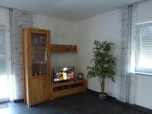 A television and/or entertainment center at Ferienwohnung Mien Tohuus