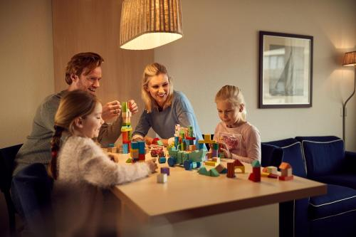 A family staying at WestCord Appartementen Noordsee