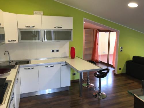 Кухня або міні-кухня у Mansarda a pochi passi dal mare