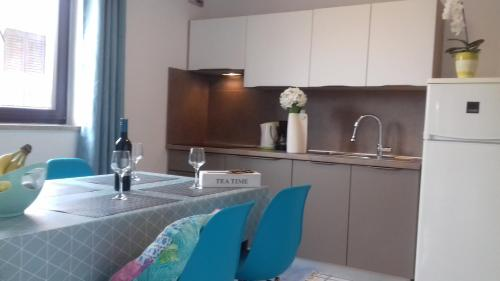 Bett Im Schlafzimmer Design Modern Italienisch Lecomfort , Luxury Apartment Kala 2 Kroatien Poreč Booking