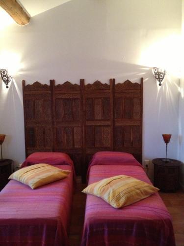 A bed or beds in a room at Les Jardins du Rebaut