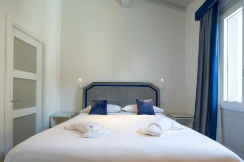 A bed or beds in a room at Carapelli Apartments