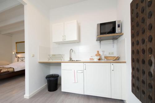 A kitchen or kitchenette at Alta Mar Studios