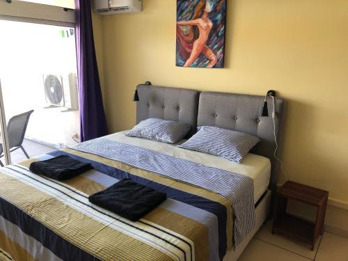 Ein Bett oder Betten in einem Zimmer der Unterkunft STUDIO LE REGENT
