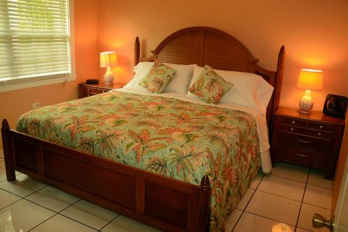 A bed or beds in a room at Buttonwood Apartment