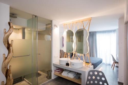 A bathroom at Mina Studios