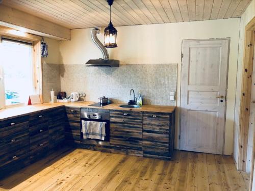 Ett kök eller pentry på Johannese Puhkemaja