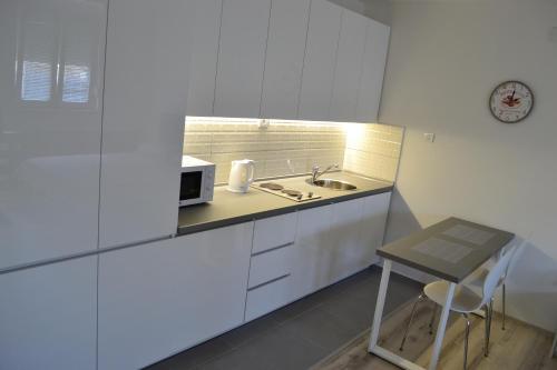Virtuve vai virtuves aprīkojums naktsmītnē Lazarus Studio Apartment