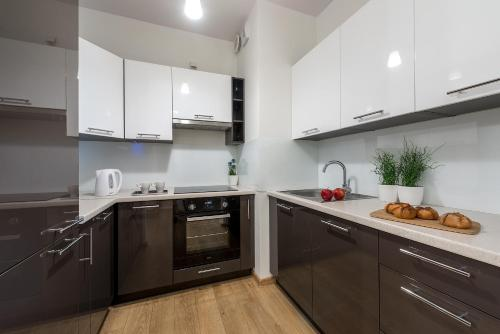 A kitchen or kitchenette at P&O Apartments Wola Park