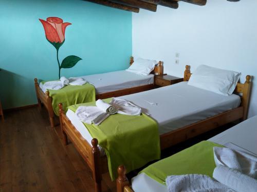 Ένα ή περισσότερα κρεβάτια σε δωμάτιο στο Azalea View Skiathos studios