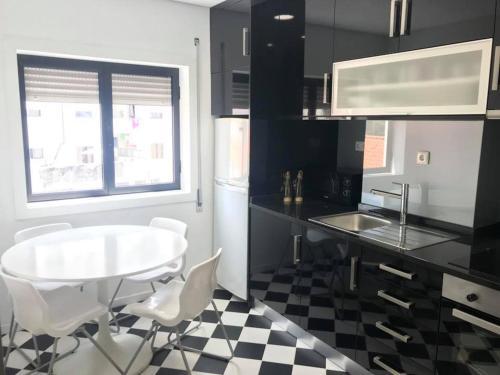 Virtuvė arba virtuvėlė apgyvendinimo įstaigoje Apartamento no Centro da Cidade de Amarante