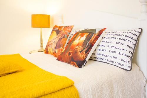 A bed or beds in a room at Casa da Orquídea