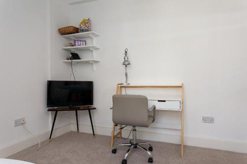A television and/or entertainment center at 2 Bedroom flat in South London sleeps 4