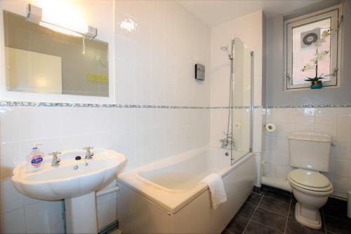 Een badkamer bij The Pembroke - yourapartment