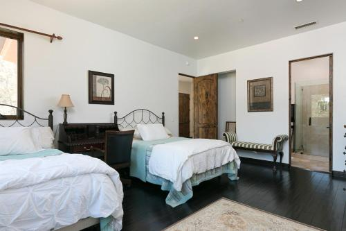 A bed or beds in a room at Immaculate Villa