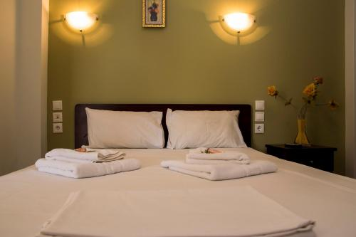 Een bed of bedden in een kamer bij StudiosThomai