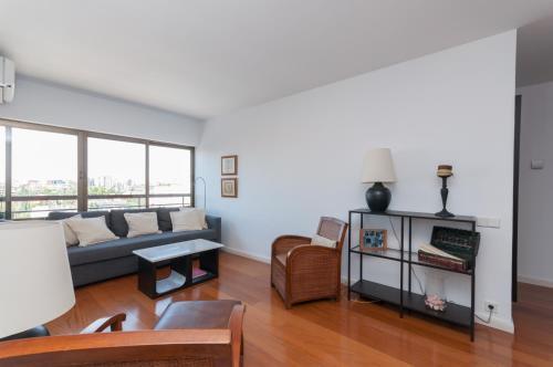 A seating area at Apartamento Castellana - Colombia - Santiago Bernabeu