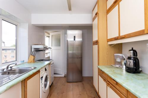 A kitchen or kitchenette at 3 Bedroom Apartment in St John's Wood