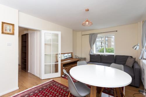 A seating area at 3 Bedroom Apartment in St John's Wood