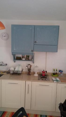 A kitchen or kitchenette at La Casa dei Cactus