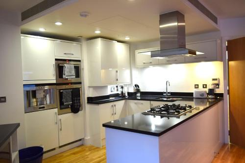 A kitchen or kitchenette at Elegant 3 Bedrooms Apartment in Pimlico Townhouse