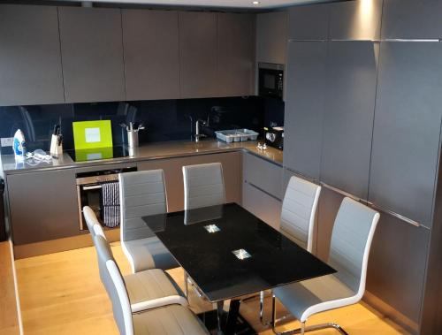 A kitchen or kitchenette at Access Tower Hill