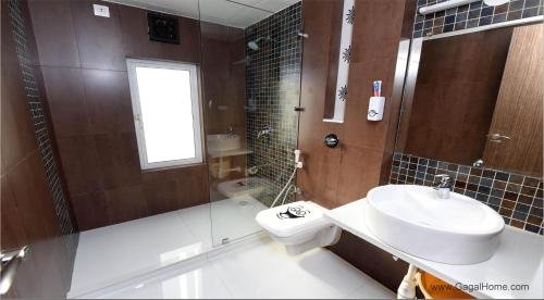 A bathroom at Furchestor ( 2 Bedroom ) apartment