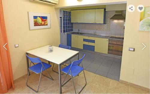 A kitchen or kitchenette at Bungalow Los Albaricoques