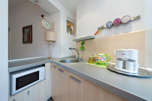 A kitchen or kitchenette at Paradise Apartment