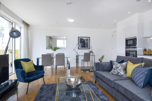 A seating area at Millharbour Residences