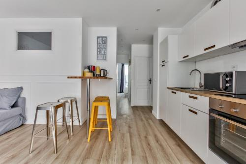 A kitchen or kitchenette at 17 Luxury Parisien Flat Montorgueil 2
