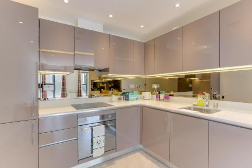 A kitchen or kitchenette at 1 Bed Flat, 2 Minutes from Station
