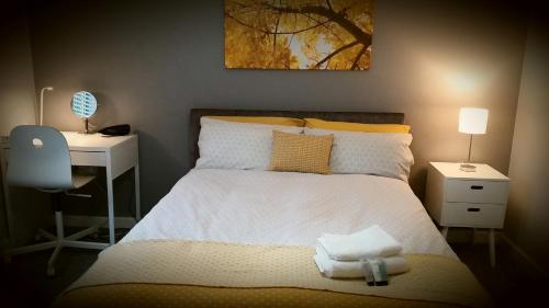A bed or beds in a room at New Contemporary Flat minutes from Airport & NEC