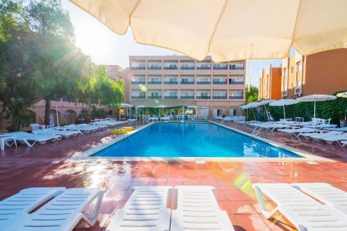 The swimming pool at or near azuLine Apartamentos Sunshine