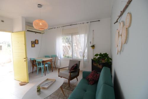 Ein Sitzbereich in der Unterkunft Little Desert House