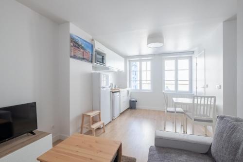 Télévision ou salle de divertissement dans l'établissement New! Nice 2 rooms flat in the centre of the city