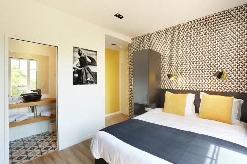 A bed or beds in a room at Eiffel Village Apartments Paris